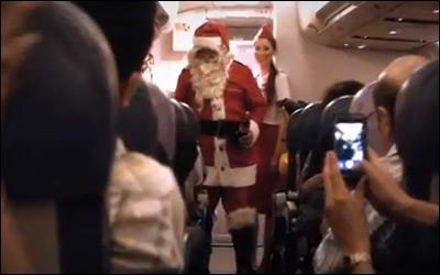 Santa Claus sorprende a pasajeros en el aire
