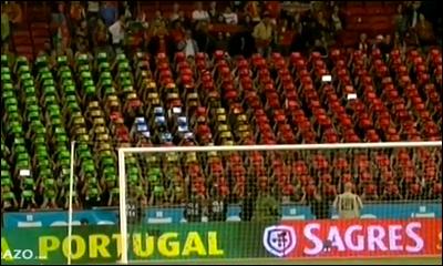 Bandeira portuguesa formada com tablets durante hino de Portugal no amigavel com a Turquia