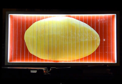 回転して絵柄が変わる看板を使って、材料そのままの味をストレートに伝えるマクドナルドの屋外広告
