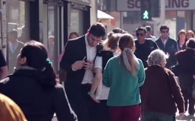 Hombre viendo su celular choca violentamente a la gente