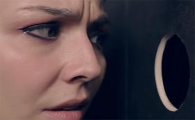 Elle **** un inconnu dans les toilettes.