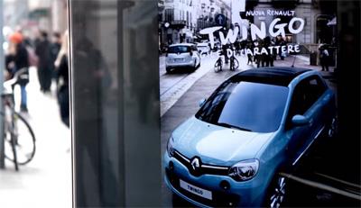 Nuova Renault Twingo sorprende Milano con realtà aumentata e pensiline speciali.