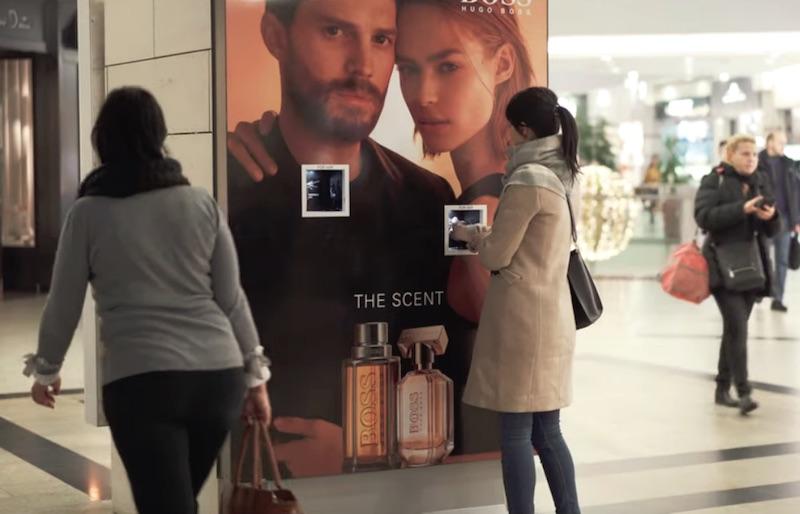 手を入れるとオードトワレが噴霧される、Hugo Bossの屋外広告