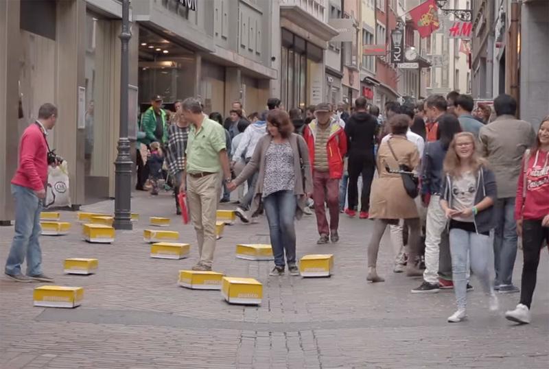 Rolling parcels pursue pedestrians and surprise them.